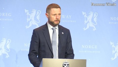 – Vi har tidligere varslet innstramninger om smitten ikke går ned, nå må vi gjøre det, sa helse- og omsorgsminister Bent Høie under tirsdagens pressekonferanse.