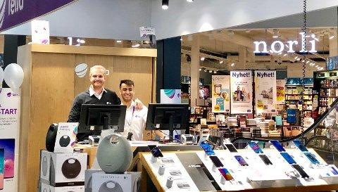 NY BUTIKK: Stian Wensås og Mathi Akhbar jobber i den nye Telia-standen på Buskerud Storsenter.