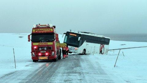 Bussen har blåst av veien øverst på Porsangvikhøyda.