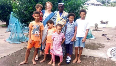 Familien Tea: Mamma Karin og pappa Jerome, med borna Ebenezer (12), David (11), Natalie (9), Emmanuel (6), Simone (5) og Benjamin (2).