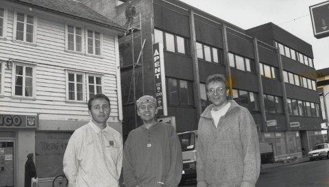 Kvartalet: Tre kjende forretningsmenn i byen, her i  25 år yngre utgåve, fotografert utanfor Ringo-butikken i Nordalhuset seinhaustes i 1993.  Frå venstre : Trond Økland, Rune Økland og Jon Sigurd Solberg.  Begge Foto:  Harald J. Stavang