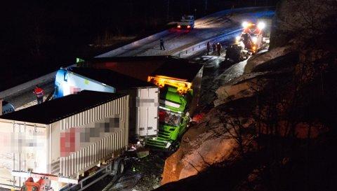 LÆRDAL: Fem trailarar og ein personbil køyrde i kvarandre ved Bjørkum i Lærdal natt til fredag.