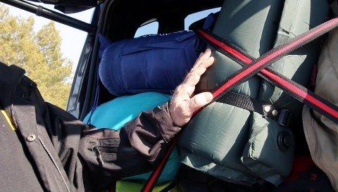 STROPP FAST: – Det åbruke litt ekstra tid på å stroppe fast bagasjen er veldig lurt. Då vil bagasjen ligge meir stabilt og halde seg i ro viss uhellet er ute, seier Nils Sødal.
