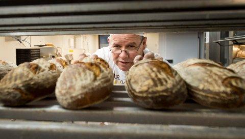 MOTESAK: Interessen for surdeigsbrød har tatt helt av, og nå satser Fasvo-baker Glenn Roger Hansen (48) og hans mannskap på stenovnsbakte brød av denne typen to ganger i uken.