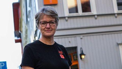 Bekymret: Anne-Marie Kvarme tar buss fra hjemmet på Tomb til jobben i Kirkens Bymisjon i Fredrikstad. Nå mener hun at busstilbudet blir forverret.