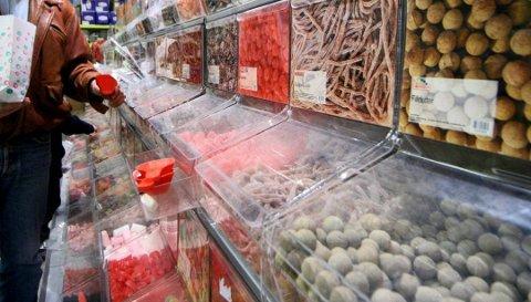 Fristende. Mange lar seg friste av godteri til lave priser i Sverige.