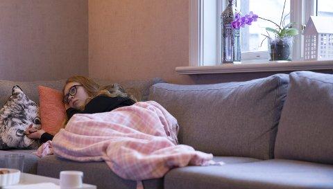 Lite bevegelig: Mia Navestad Haugland har ofte voldsomme smerter, da er seng eller sofa eneste alternativ.