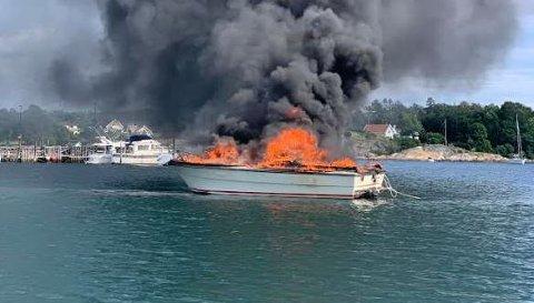 Brann etter bensinfylling: Denne båten tok plutselig fyr etter at eierne hadde fylt bensin på Skjæløy Slipp i Onsøy.