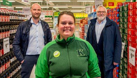 Butikksjef Malin Hurrød Edvardsen, regionsjef Ole Jørgen Kjellberg (bak til venstre) og Mr. Kiwi, gründer Tor Kirkeng (bak til høyre) - strålte om kapp da den nye Kiwi-butikken i Saltnes åpnet torsdag.
