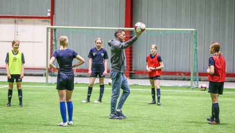 Før den siste nedstengningen så var Tom Freddy Aune gjestetrener for Gresvik IFs jenter i Østfoldhallen.