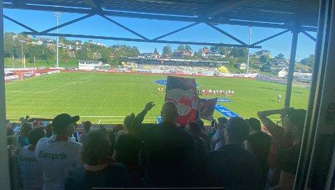 FFK-fansen var på plass med mellom 150 og 200 personer i Grimstad, og skapte bra stemning på tribunen. Etter kampen var fire personer involvert i en episode som kan få etterspill. Bildet viser tilfeldige supportere under kampen.