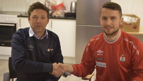 VELKOMMEN: Frank Aanes Andersen (t v) ønsker teknisk gode Edgards Verdins fra Latvia velkommen til Mjølner. Tirsdag skrev han under toårskontrakt. Foto: Kolsvik