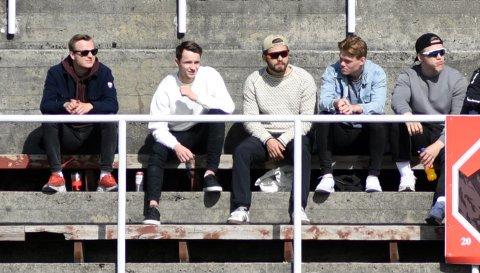 PÅ STADION: Håkon Evjen, nummer to fra venstre, var på stadion da Mjølner spilte første treningskamp.