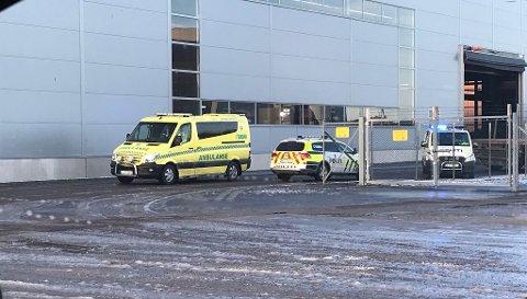 Både ambulanse og politi var på stedet etter arbeidsulykken fredag.