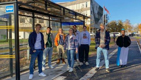 ELEVRÅDSTYRET: – Ta bussen med oss fredag morgen, Arve Høiberg, og se selv hvor fullt det er. Det er meldingen fra elevrådstyret til lederen av hovedutvalget i Fylkeskommunen.