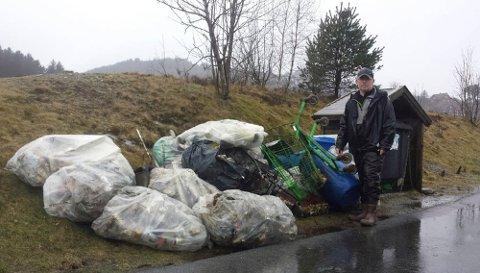 Snusbokser, brusflasker, handlevogner og annet søppel ble hentet opp fra Storehølen søndag.