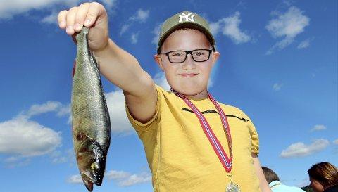 FAST FISK: Isak Alexander Ellinghaug dro opp flere småfisk fra Bæreia søndag, men abboren på bildet var gjevest.