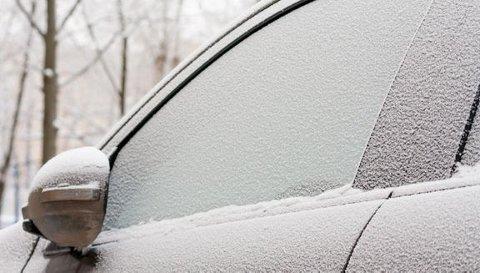 FRYSER TIL: Spesielt elbiler med ladeluke foran og luker uten gummiforpakning er utsatt når det er kaldt. Snø og vann trenger lett inn mens du kjører og fryser til når du har parkert.