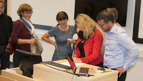 ERKLÆRING: 7Sterke-leder Erik Platek (til høyre) inviterte lokale ordførerkandidater til å signere på en erklæring om at de vil videreføre det gode arbeidet som er gjort med å tenke helhetlig og samlet på regionen. Først skriver regionrådsleder Kamilla Thue (Ap) fra Eidskog under, og de neste i «køen» er Eli Wathne (H) og Inger Noer (V) fra Kongsvinger.