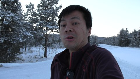 BRRR: – Ansiktsuttrykket til Bjørn Nyland tyder på at det var friskt og kaldt i Folldal da han skulle ut en tur i fleecetrøya mens han campet i elbilen natt til onsdag.