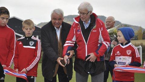 KLIPP: Tidligere fotballpresident Per Ravn Omdal og tidligere brandbuspiller Kjell Saga sto for den offisielle åpningen av kunstgressbanen på Brandbu lørdag. Sistnevnte er cup og seriemester for Lyn.