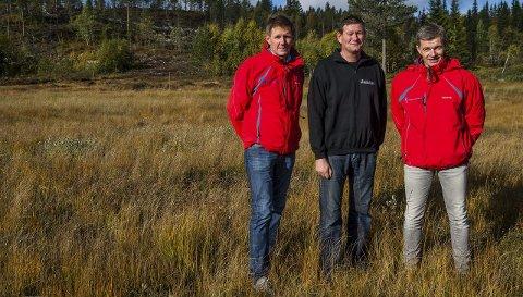 SPRINTLØYPA: Leder i Lygna skisenter Terje Nilsen (til venstre), nestleder Terje Sørbråten og kasserer Gudbrand Tingelstad med sprintløypa som skal gå oppe i bakken til venstre bak Nilsen. De tre ildsjelene forteller at den nye traseen, som også blir avslutningen på distanseløypa, forhåpentligvis blir tatt i bruk allerede i Lygnarennet i desember.