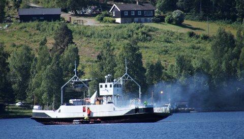 SNART FERDIG: Den gamle Randsfjordferga (bildet) skal byttes ut. Den nye har to kjøler og er bredere enn dagens ferge. Derfor må innseilingsløpene ved Horn og Tangen graves opp.