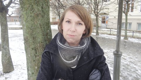 VILDE HEGGEM: Haldenserens «Kjolen» er den tredje boka siden debuten i 2007. De to første var kritikerroste diktsamlinger. Her ses Vilde Heggem utenfor Halden bibliotek, der hun hadde en suksessrik opplesning da det var «Kulturnatt i Halden 2015» i høst.