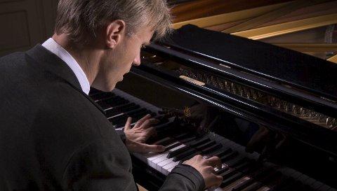 GJENFORENES: Håvard Gimse får spille på Steinway-flygelet som han plukket ut til Hamar kulturhus i 2013.