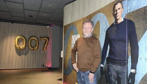 SER LYST PÅ FRAMTIDA: Det har vært et tøft økonomisk år for Hamar kino og kinosjef Espen Jørgensen, men storfilmene i årets siste måneder kan bidra til at de røde tallene i regnskapet unngås. Den nye James Bond-filmen er en betydelig bidragsyter sånn sett, For ordens skyld: Jørgensen står til venstre i bildet.