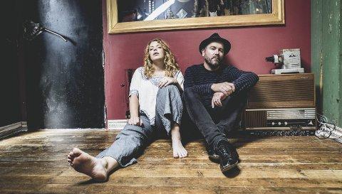 PLATEDEBUTERER: Johanne Kippersund og Ørnulv Snortheim utgjør duoen Paper Crown og fredag gir de ut debutalbumet «Dreamers.» Torsdag blir de å høre på slippkonserten på Hamar Teater, noe de gleder seg stort til.