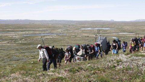 Med Turfølgjet: Lars Monsen i front med turfølgjet. Her var personar frå både NRK, DNT, Røde Kors, samt mange frivillige berehjelparar. Turen varte i fire dagar. Dei starta frå Dyranut og avslutta turen på Tuva. Foto: Sindre Skrede/Nrk