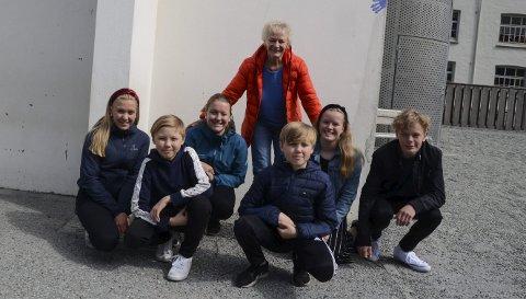 Tilbake i skulegarden: Gina og Brita Hauge Buer, Sofia og Jone Nistov Pedersen, Kristian og Anders Furrebøe Brattebø framme. Nå pensjonert lærer Reidunn Bakketun i bakarste rekke.