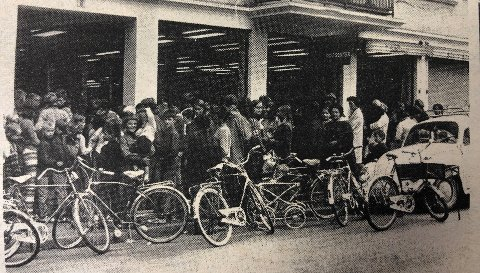 Det var lang kø da den nye butikken Mester Matsenter åpnet i 1969.