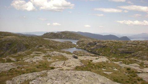 FIN UTSIKT: På toppen av Døldene kan du nyte utsikta, nista og som regel også vinden. FOTO: HAUGESUND TURISTFORENING