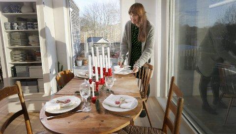 Trelysestaker: De røde trelysestakene har Bente Marie Friis Hausken kjøpt på gjenbruksbutikker.  De minner henne om barndommen. Foto: Harald Nordbakken