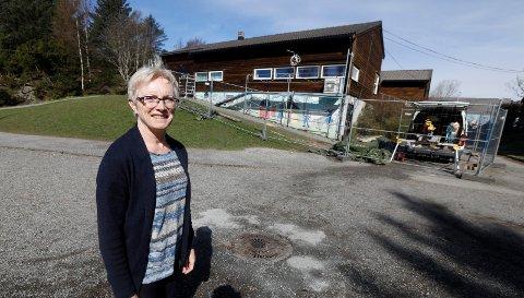 Rektor ved Austrheim skole, Vigdis Sørhaug er fornøyd med at noen av tiltaksmillionene har gitt skolebyggene ny kledning.