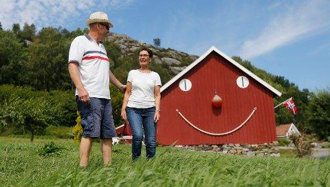 SMILENDE LÅVE: Ekteparet Solfrid Bore og Ole Reidar Bore har pusset opp småbruk på Haukås. Mange bilister stopper og tar bilde av smilet på låveveggen.