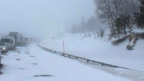 EKSTREMT: Kjøreforholdene mellom Trofors og Majavatn ble beskrevet som ekstreme på søndags ettermiddag. Mye snø på kort tid gjorde veien svært glatt. Foto: Helgeland politidistrikt