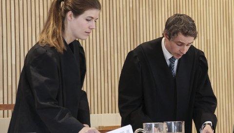 RETTSSAK: Politiadvokat Olav Rynning Veum er aktor i rettssaken mot en lærer i 50-årene som er tiltalt for seksuelle handlinger mot seks jenter. Her sammen med bistandsadvokat Kristine Baadstø. Foto: Rune Pedersen