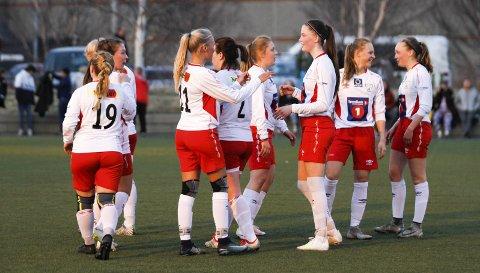 TO STRAKE: Halsøys damelag har startet serien på aller beste måte og står med to strake seirer. Tirsdag vant de 2–0 på bortebane over Sandnessjøen. FOTO: PER VIKAN