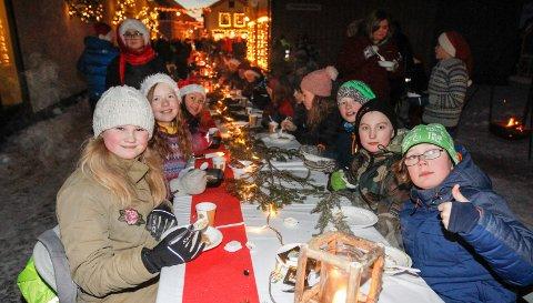 GRØTFEST I SJØGATA:. Det ble delt ut flere tusen porsjoner julegrøt i fjor, og det var sannsynligvis så mange som 3000 som var innom den magiske morgenen. I år blir grøtfesten avlyst.