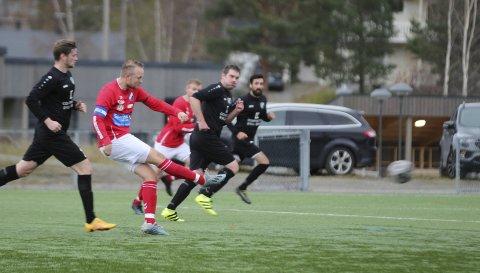 HJEMMESEIER: Grane - Radaasen 3-0 (2-0) på Vegset stadion i årets siste kamp. Lars Moheim er kaptein på Grane og var kampens store spiller. Han scoret også mål.  Foto: Per Vikan