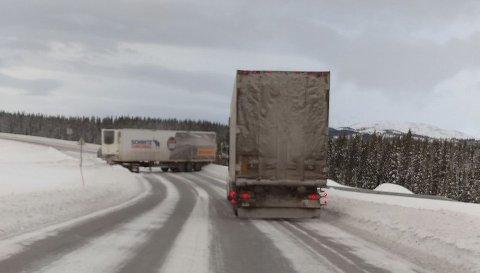 SPERRER VEIEN: Klokka 16.00 sto det ene vogntoget på tvers over begge kjørefeltene.