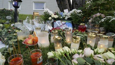 Venner og klassekamerater av de drepte la dagene etter hendelsen igjen mange hilsener utenfor leiligheten i Kirkenes