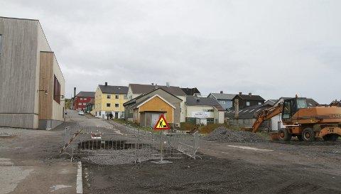 BYTTER RØR: Akkurat nå er Vardø kommune i gang med å bytte rørene under veien utenfor flerbrukshuset.