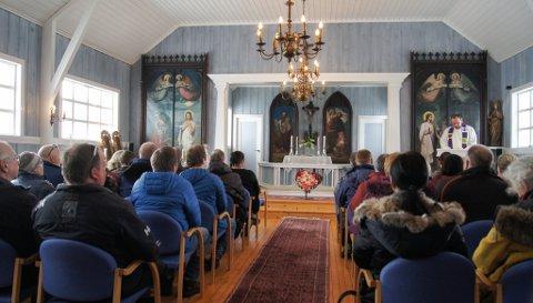 MINNESTUND: Lokalsamfunnet mintes familien under en minnestund i Gjesvær kirke.