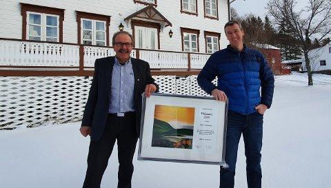 PRISVINNER: Ordfører Torbjørn Larsen og prisvinner Endre Tobiassen utenfor våningshuset.