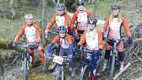 Jenter som trives på hjul: Fra venstre: Cathrine Årstad Olsen, Maren Stokke Engerdahl, Christine Abbott, Jane Thøgersen. Foran: Ida Marki-Madsen og Maria Reuter i Bingsfoss SK.FOTO: PRIVAT