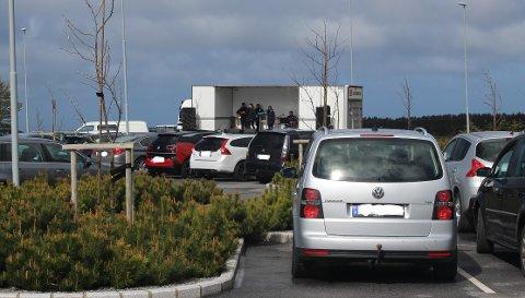 DRIVE-IN: Varhaug kirke inviterer den 6. juni til gudstjeneste fra den store parkeringsplassen foran kirken.